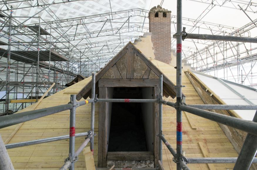 Un échafaudage monumental et une bâche décorative recouvrent la maison de la reine durant la restauration des extérieurs epv didier saulnier