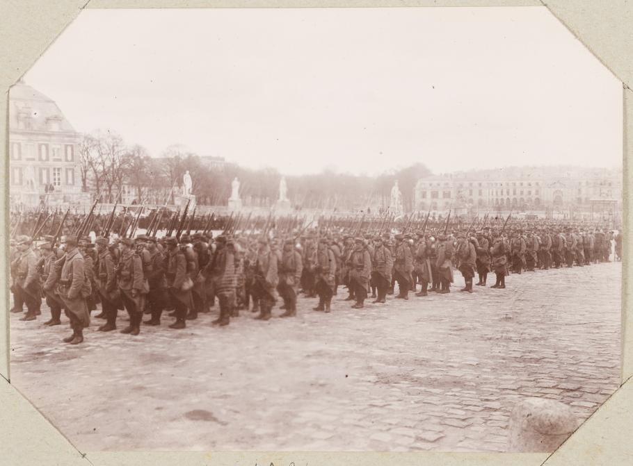 Défilé militaire dans la cour d'Honneur