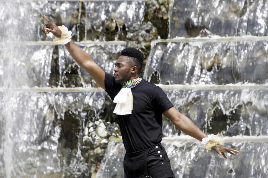 danseur devant la fontaine du bosquet de la salle de bal
