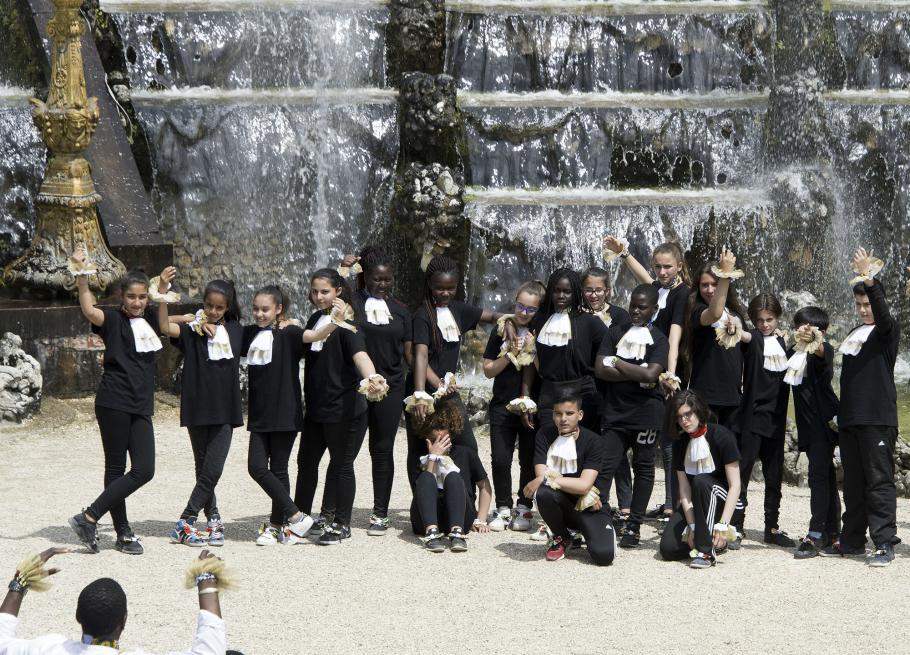 danseurs devant une fontaine